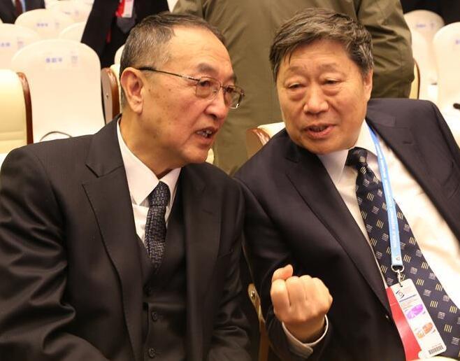 12月16日,联想控股董事长柳传志(左)与海尔集团董事局主席张瑞敏在浙江乌镇举行的第二届世界互联网大会上交谈。当日,第二届世界互联网大会在乌镇开幕。.jpg